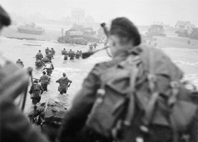 British_commandos_of_1st_Special_Service_Brigade,_led_by_Lord_Lovat,_landing_on_'Queen_Red'_sector_of_Sword_Beach,_at_La_Breche,_on_the_morning_of_6_June_1944._B5103